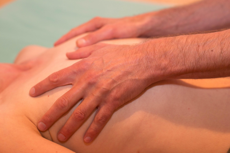 Kuschelparty & Shiatsu & Sexological Bodywork. Volkmar Münz arbeitet mit Sexological Bodywork und Shiatsu. Er ist ein sehr erfahrener Körperbeiter, bodyworker. Hier: Hände an Brust.