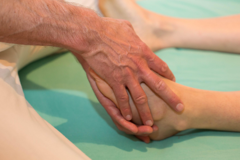Kuschelparty & Shiatsu & Sexological Bodywork - Volkmar Münz als Sexological Bodyworker & Shiatsu Behandler bei der Arbeit. Hier: Fußmassage.