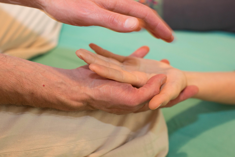 Hand hält Hand für Seite Workshop Sexualität, Körperarbeit mit Volkmar