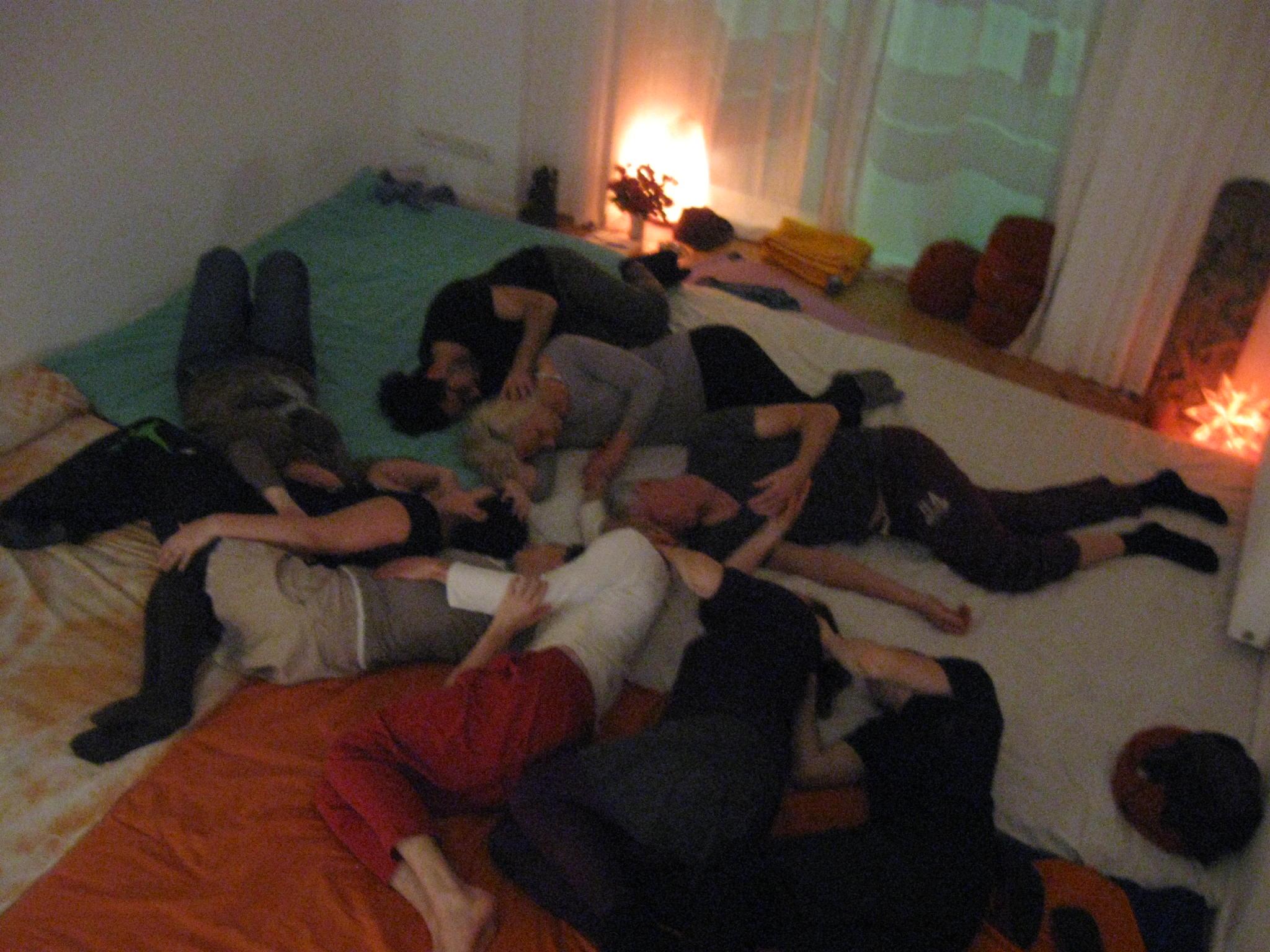 lockeres Kuscheln auf der Kuschelparty Kanzowkuscheln in Berlin - cuddling on a cuddle party