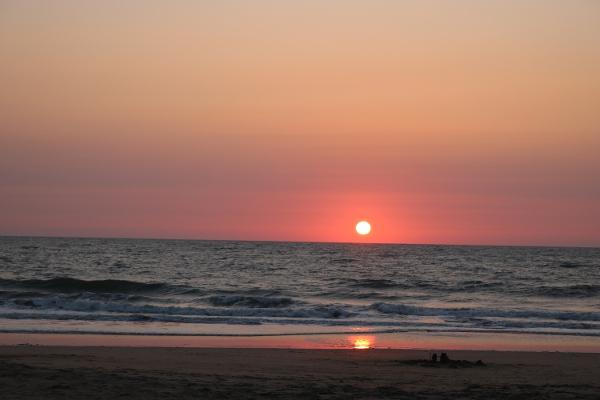 Kuscheln bei einer Kuschelparty kann sich anfühlen wie ein schöner Sonnenuntergang. Wohlig, gemütliches, geborgenes Beisammensein & kuscheln in einer Kuschelgruppe.