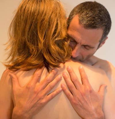 Berührung durch Umarmung entspannt das Geschlechterverhältnis. Du kannst es tantrisch sehen oder einfach menschlich. Der Körper benötigt Berührung & auch Hautkontakt. Zart berühren kann nähren!